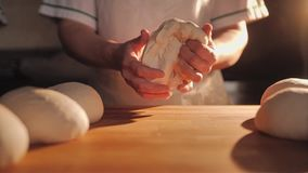 Mujeres en la cocina que prepara la pasta para la confitería que cuece Primer de la tabla y de las manos almacen de metraje de vídeo