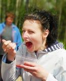 Mujeres en la comida campestre. fotos de archivo