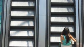 Mujeres en la escalera móvil almacen de video