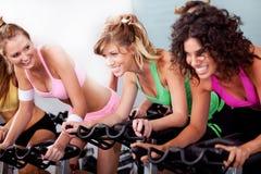 Mujeres en la gimnasia que hace ejercicios cardiios Fotos de archivo libres de regalías