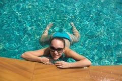 Mujeres en la piscina Fotos de archivo
