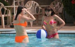 Mujeres en la piscina fotografía de archivo libre de regalías