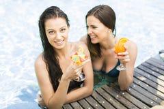 Mujeres en la piscina Foto de archivo libre de regalías