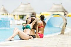 Mujeres en la piscina Fotos de archivo libres de regalías