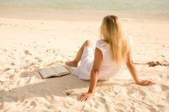 Mujeres en la playa Fotos de archivo libres de regalías