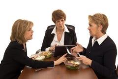 Mujeres en la reunión de almuerzo con las tabletas Imagen de archivo libre de regalías