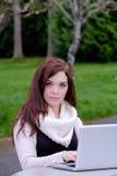 Mujeres en la universidad que mecanografían en un ordenador Fotos de archivo