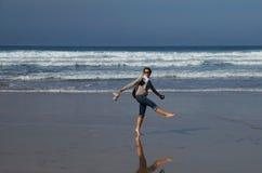 Mujeres en los ánimos que se divierten en la playa imágenes de archivo libres de regalías