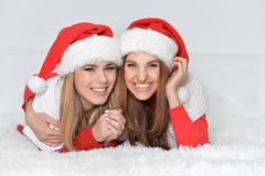 mujeres en los sombreros de Papá Noel Imagen de archivo libre de regalías