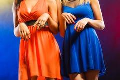 Mujeres en los vestidos de noche que bailan en el club Imagen de archivo libre de regalías
