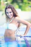 Mujeres en piscina Imágenes de archivo libres de regalías