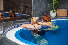 Mujeres en piscina de la salud y del balneario Imagen de archivo libre de regalías