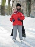 Mujeres en pista de patinaje Fotos de archivo