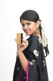Mujeres en sari con de la tarjeta de crédito Imagen de archivo