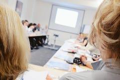 Mujeres en seminario del asunto. Imagen de archivo