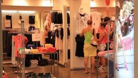 Mujeres en tienda de la ropa