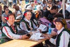 Mujeres en trajes búlgaros nacionales en el festival Rozhen 2015 Fotos de archivo