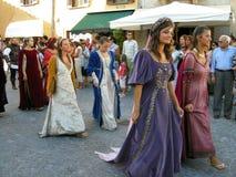 Mujeres en trajes medievales de las épocas Imagenes de archivo