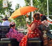 Mujeres en un carro del caballo, Sevilla justa, Andalucía, España Imagen de archivo libre de regalías