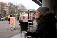 Mujeres en un kafee de la calle en winther Imágenes de archivo libres de regalías