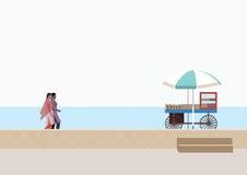 Mujeres en un paseo casual en una playa fotos de archivo