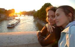 Mujeres en un puente fotografía de archivo libre de regalías