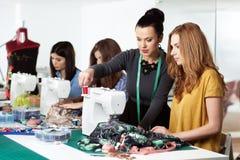 Mujeres en un taller de costura Fotografía de archivo libre de regalías