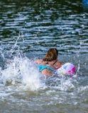 Mujeres en verano en la vejiga del agua imágenes de archivo libres de regalías