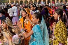 Mujeres en vestidos indios que miran emocionalmente el funcionamiento Fotos de archivo