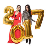 Mujeres encantadoras que llevan a cabo los números de oro grandes 2017 Feliz Año Nuevo Imágenes de archivo libres de regalías