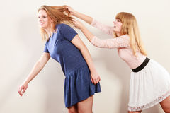 Mujeres enojadas agresivas que se luchan Imagen de archivo