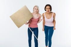 Mujeres enojadas tristes que luchan para la democracia Foto de archivo libre de regalías