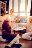Mujeres envejecidas agradables inteligentes que hablan sobre la literatura imagenes de archivo