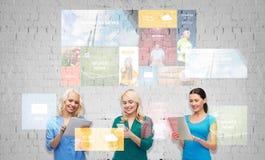Mujeres felices con el ordenador de la PC del smartphone y de la tableta Foto de archivo libre de regalías