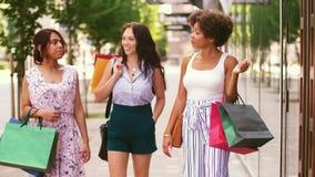 Mujeres felices con los panieres que caminan en ciudad almacen de video