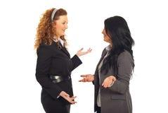 Mujeres felices de los ejecutivos que tienen conversación Imagenes de archivo