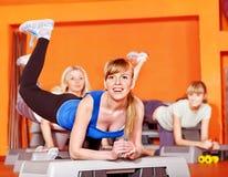 Mujeres felices en clase de aeróbicos. Foto de archivo libre de regalías