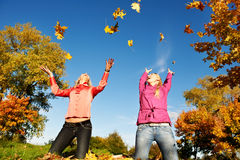 Mujeres felices en el otoño al aire libre Foto de archivo libre de regalías