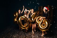 Mujeres felices en el partido del Año Nuevo Imagen de archivo libre de regalías