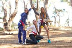 Mujeres felices en parque de la aventura Fotos de archivo libres de regalías