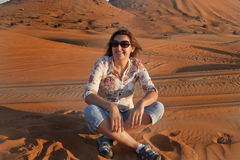 Mujeres felices en un desierto imagen de archivo libre de regalías