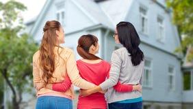 Mujeres felices internacionales del abrazo trasero imagen de archivo libre de regalías