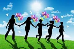 Mujeres felices que corren abajo de la colina con los globos coloridos Fotos de archivo