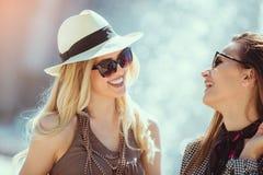 Mujeres felices que hablan y que ríen, divirtiéndose fotografía de archivo libre de regalías