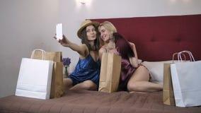 Mujeres felices que hacen los autorretratos en nuevos sombreros almacen de video