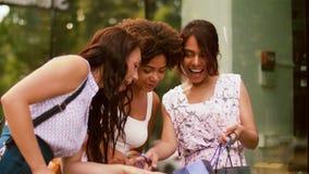 Mujeres felices que muestran los panieres en ciudad almacen de video