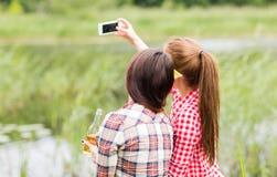 Mujeres felices que toman el selfie por smartphone al aire libre Fotografía de archivo libre de regalías