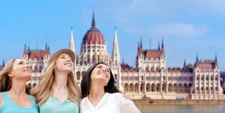 Mujeres felices sobre la casa del parlamento en Budapest Fotos de archivo