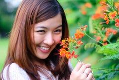 Mujeres - flor roja Fotos de archivo