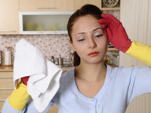 Mujeres hermosas cansadas después de limpiar la casa Imágenes de archivo libres de regalías